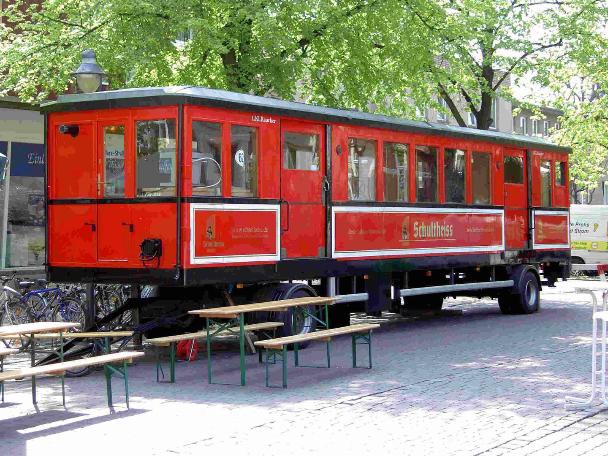 Die U-Bahn mit Sitzmöglichkeiten im Vorhof
